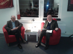 Bernd Kähler und Fritz Gärmer auf dem roten Sessel
