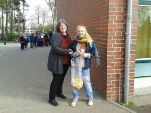 """Unsere """"Bezirksosterhasen"""" Birgit Rajski und Ronja Schmager"""