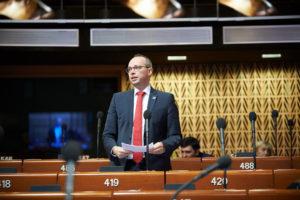 Sören Schumacher bei seiner Rede zum Thema gute Regierungsführung in den Metropolregionen Europas - Copyright: © Council of Europe - Fotograf Felix Zahn